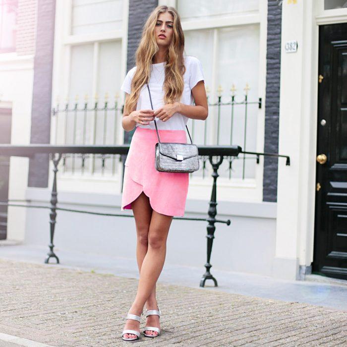 Chica con Falda rosa