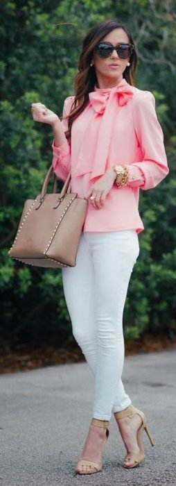 Chica con blusa color rosa y pantalón blanco
