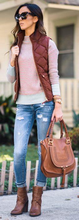 Chica con suéter color rosa y chaleco café
