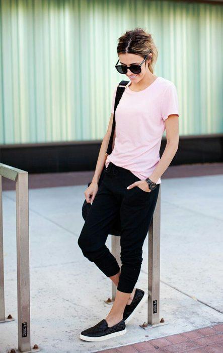 Chica con playera color rosa