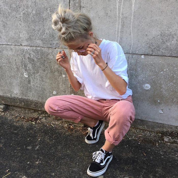 Chica con pantalón color rosa y tenis