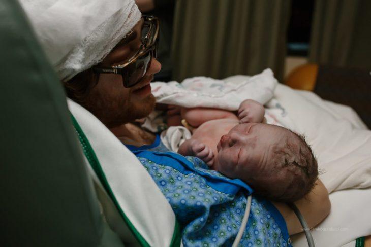 Padre enfermo conoce a su hija recién nacida