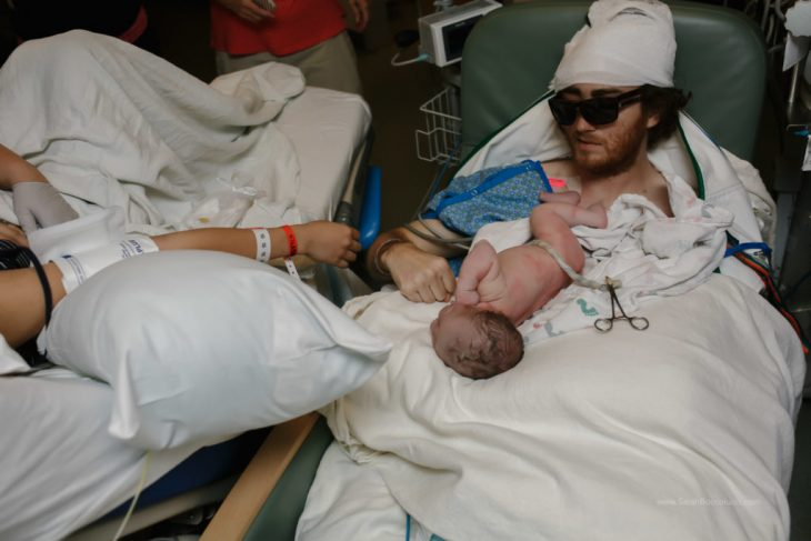 Padre con cáncer sostiene a su hija recién nacida
