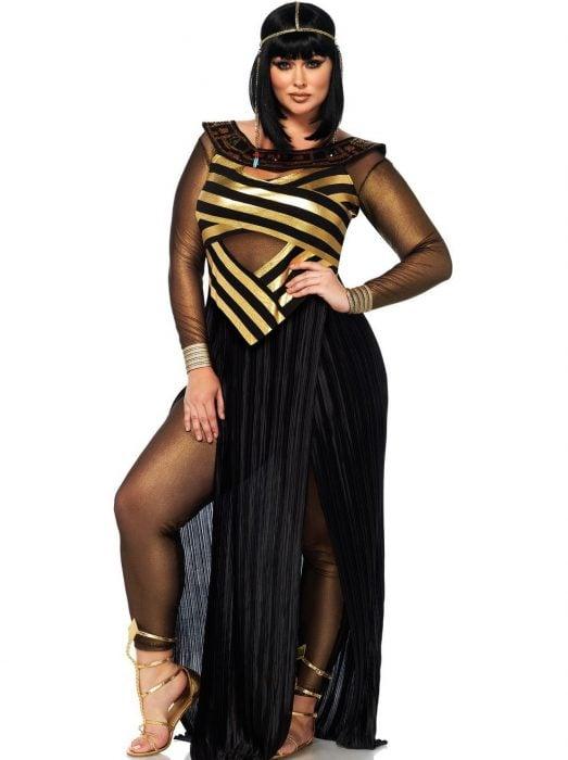 mujer con vestido negro de cleopatra