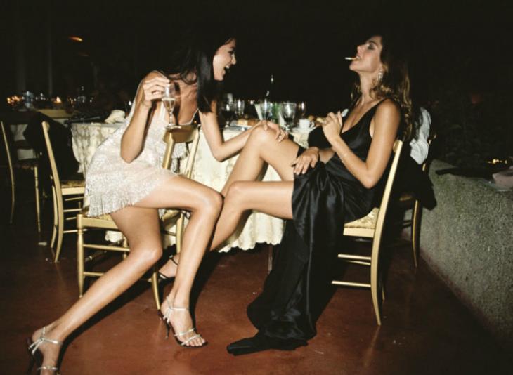 mujeres solas bebiendo en fiesta