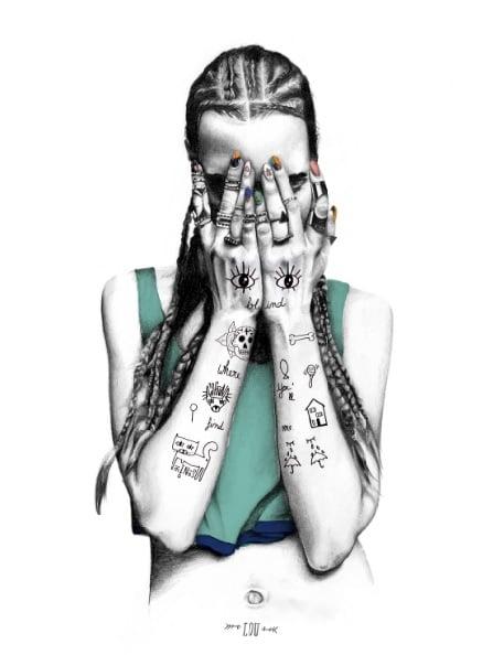 Ilustración de una mujer tatuada cubriendo su cara.