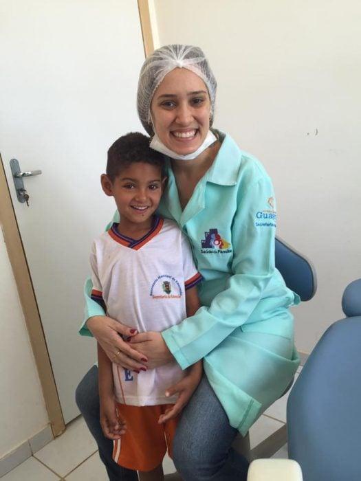 odontóloga con niño