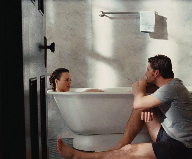pareja sentados en la tina de baño