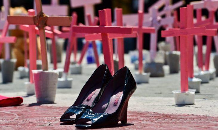 zapatos de tacón con cruces rosas
