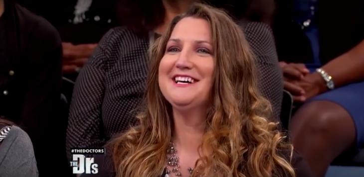 mujer de cabello largo castaño sonriendo