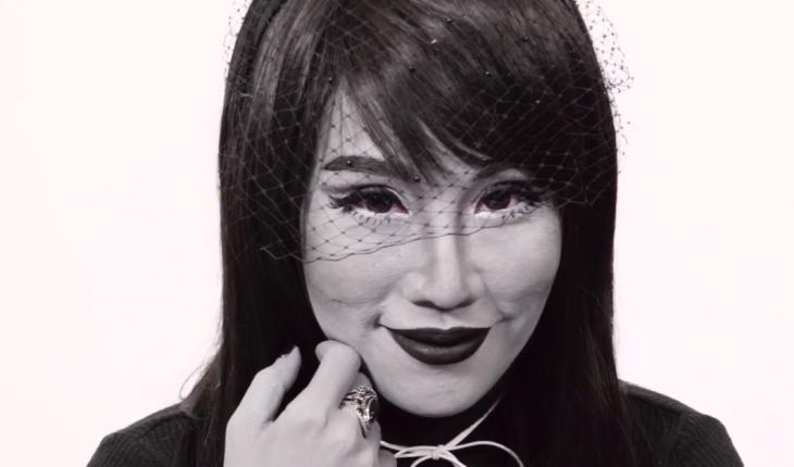 mujer maquillada de blanco y negro
