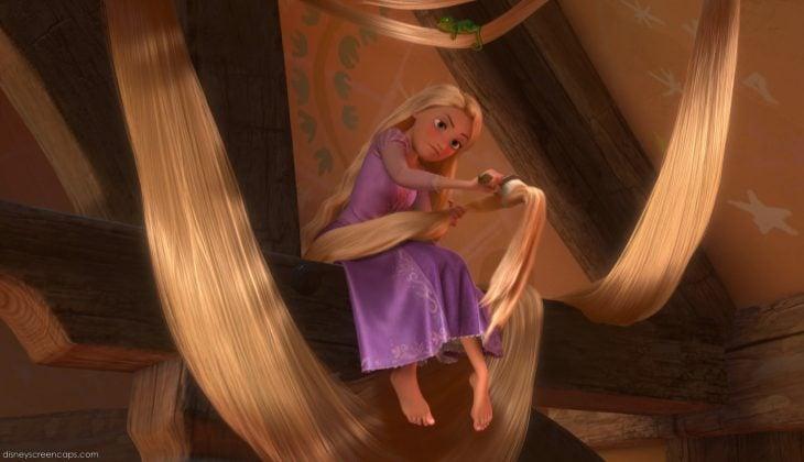 mujer rubia cepillandose el cabello