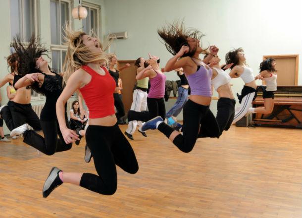 Mujeres desarrollando ejercicios aeróbicos.