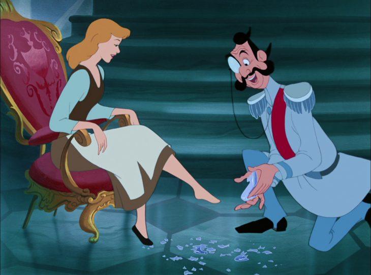 caricatura mujer probándose zapato