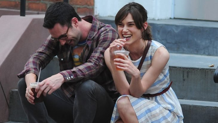 Keira Knigtley y su pareja sonriendo.