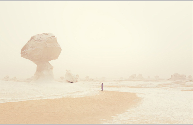 Persona en medio del desierto.