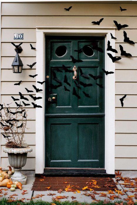 puerta de casa con murcielagos