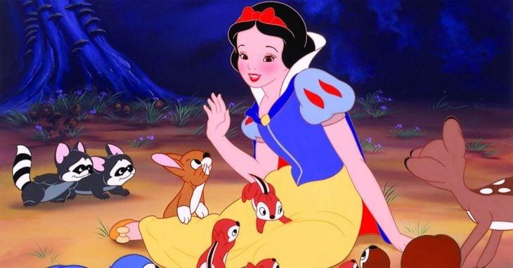gif mujer con vestido entre aminales de caricatura gif