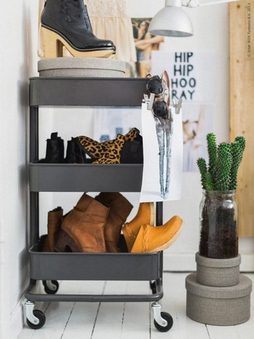 Zapatos organizados en estantes con rueditas.