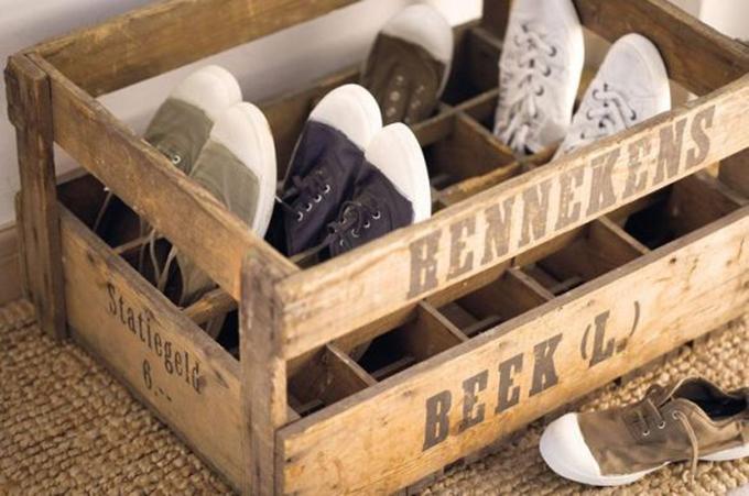 Zapatos organizados en cajas.