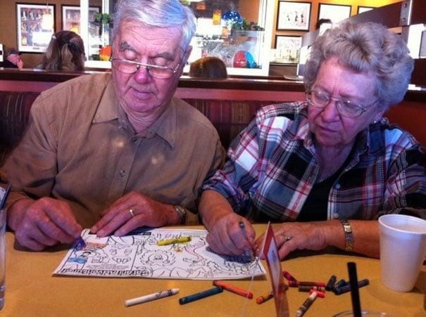 Señores dibujando en un restaurante.