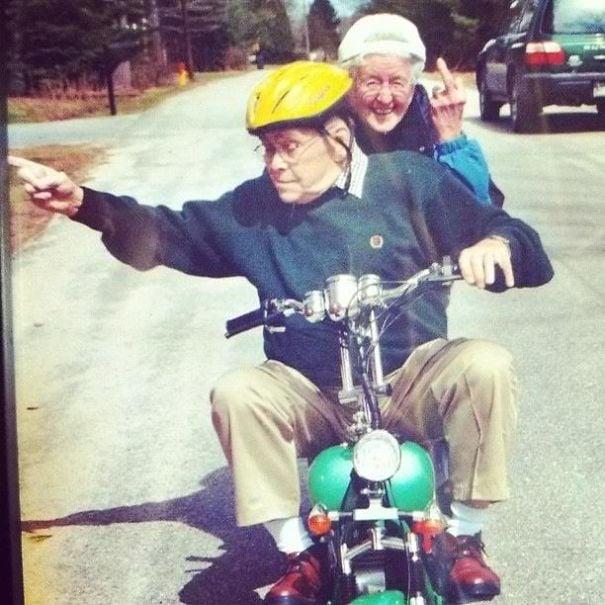 Pareja dando un paseo en moto.
