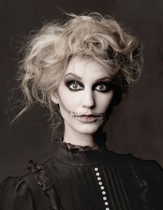 Mujer disfrazada de esqueleto.