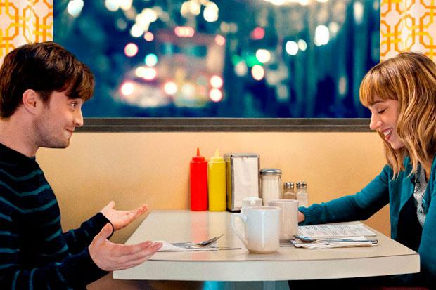 Daniel Radcliffe y actriz en escena de la película What if.