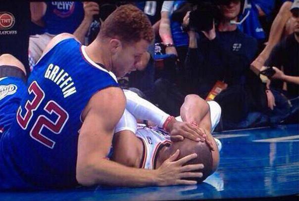 Foto de dos jugadores de basquetbol.