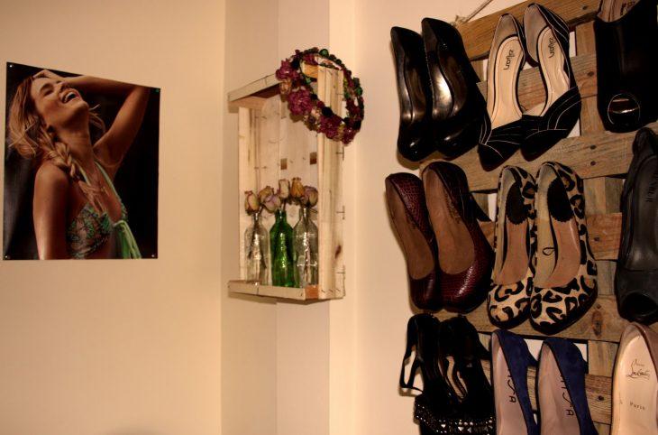 Zapatos organizados con palets.
