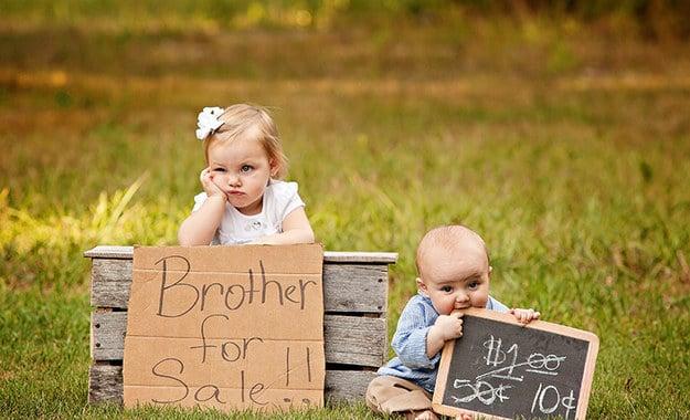 Foto de una niña vendiendo a su hermano.