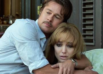 Brad Pitt abrazando a Angelina Jolie mientras ella llora.