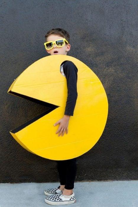 Niño disfrazado de Pacman.