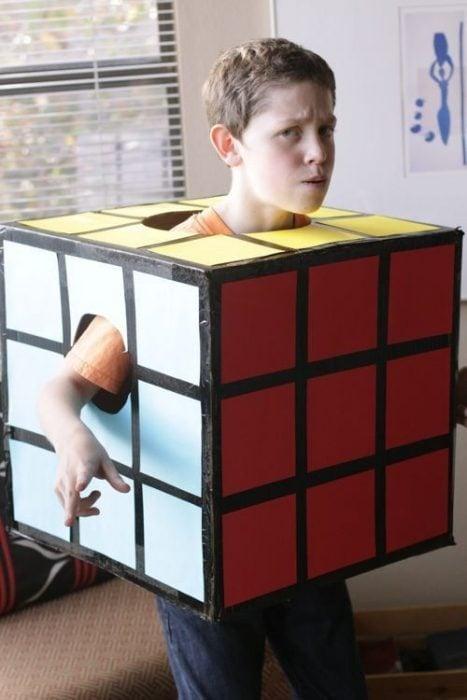 Niño disfrazado de cubo de Rubrik.