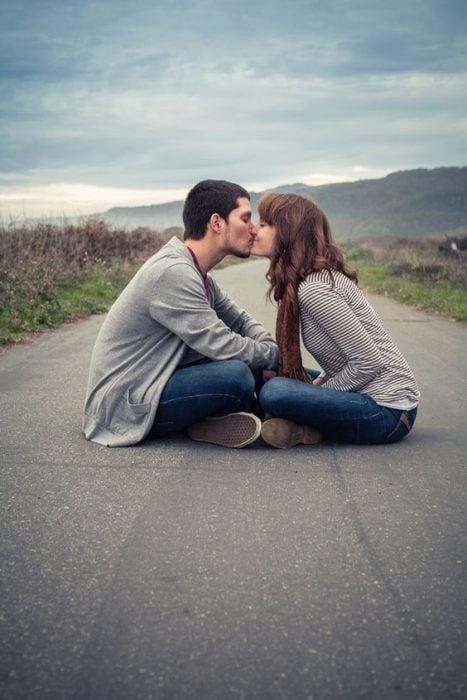 Beso en medio de la carretera.