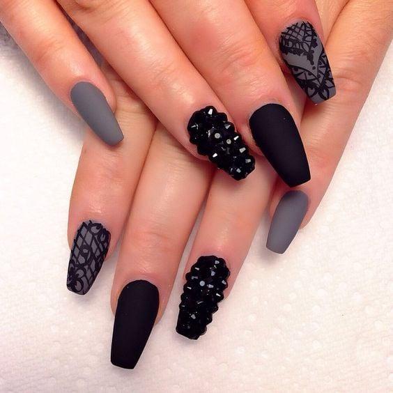 Uñas con gris y negro.