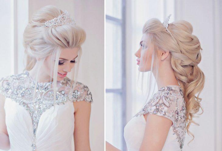 Peinado estilo princesa con corona.