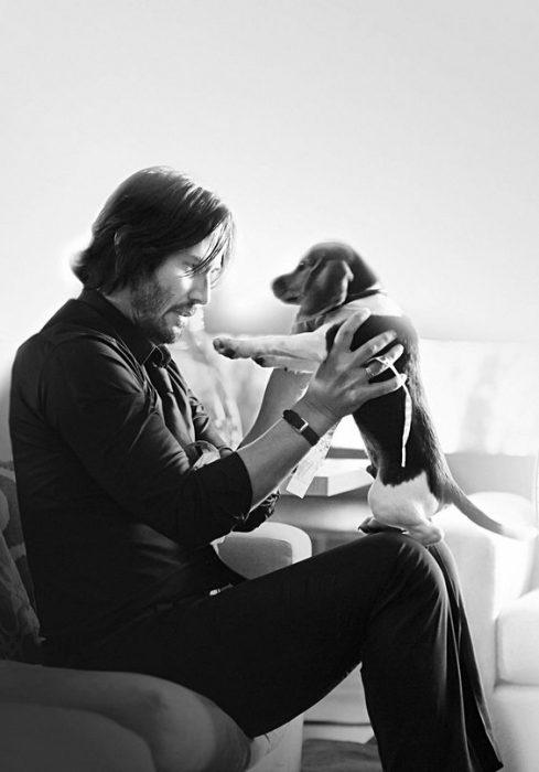 Reeves con un perrito en las manos.