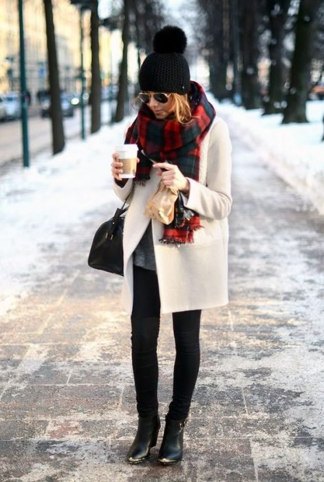 Muchacha con una taza de café en pleno invierno.