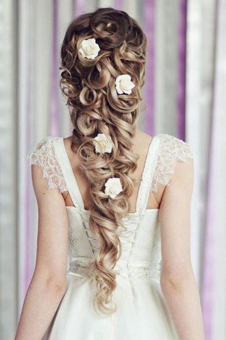 Peinado de novia con flores.