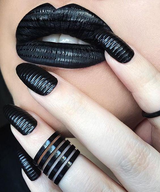 Uñas negras con algo de releve.