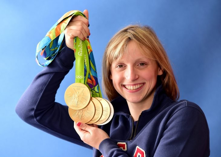 mujer rubia con medallas