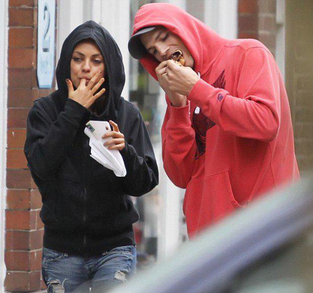 Mila Kunis y pareja comiendo por la calle.