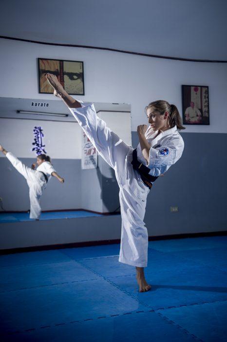 Chica practicando artes marciales.