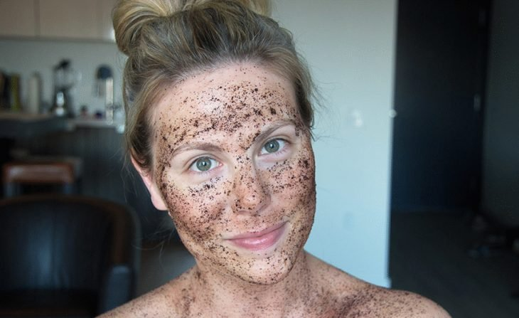 Woman with scrub on your face.
