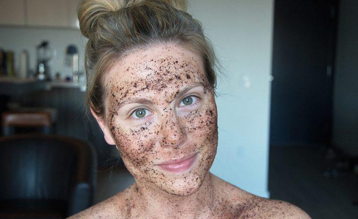 Mujer con exfoliante en su cara.