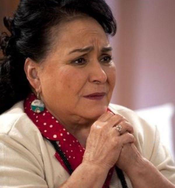 Carmen Salinas rezando.