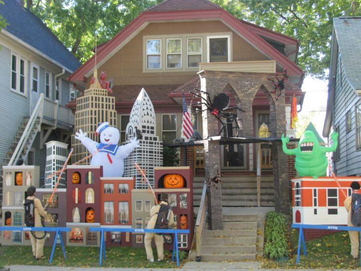 casa decorada con personajes de caza fantasmas