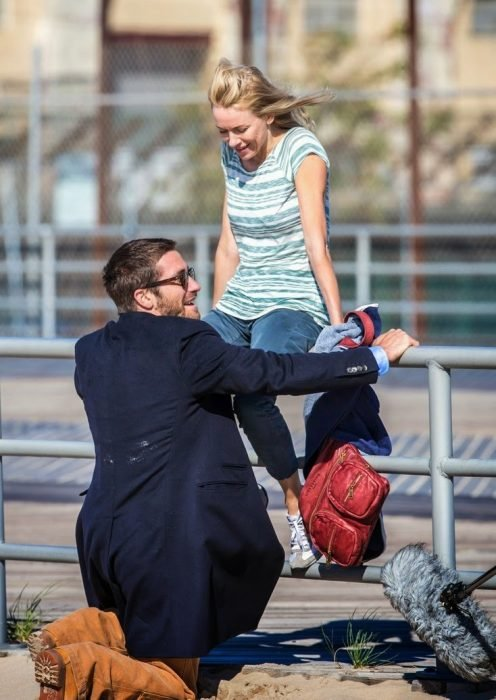 Jake Gyllenhaal de rodillas frente a su novia.