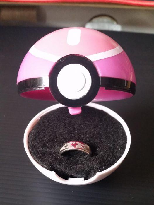 bola de pokémon con anillo de compromiso